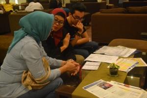 """""""Face to Face Consultation"""" antara konsultan Edu AtMalaysia dan Calon Pelajar. Dari kiri: Orang tua calon pelajar, Konsultan Edu AtMalaysia, dan calon pelajar"""